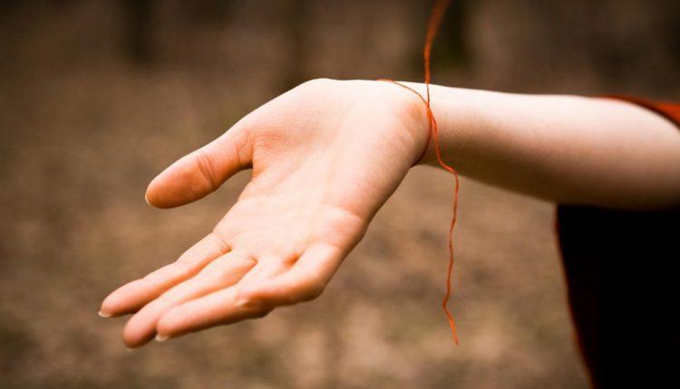Ką reiškia raudonas siūlas ant rankos ir kaip jį teisingai užrišti?